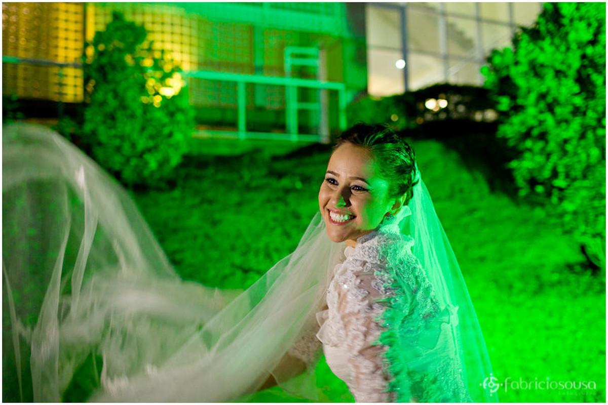 Noiva sorridente brinca com véu