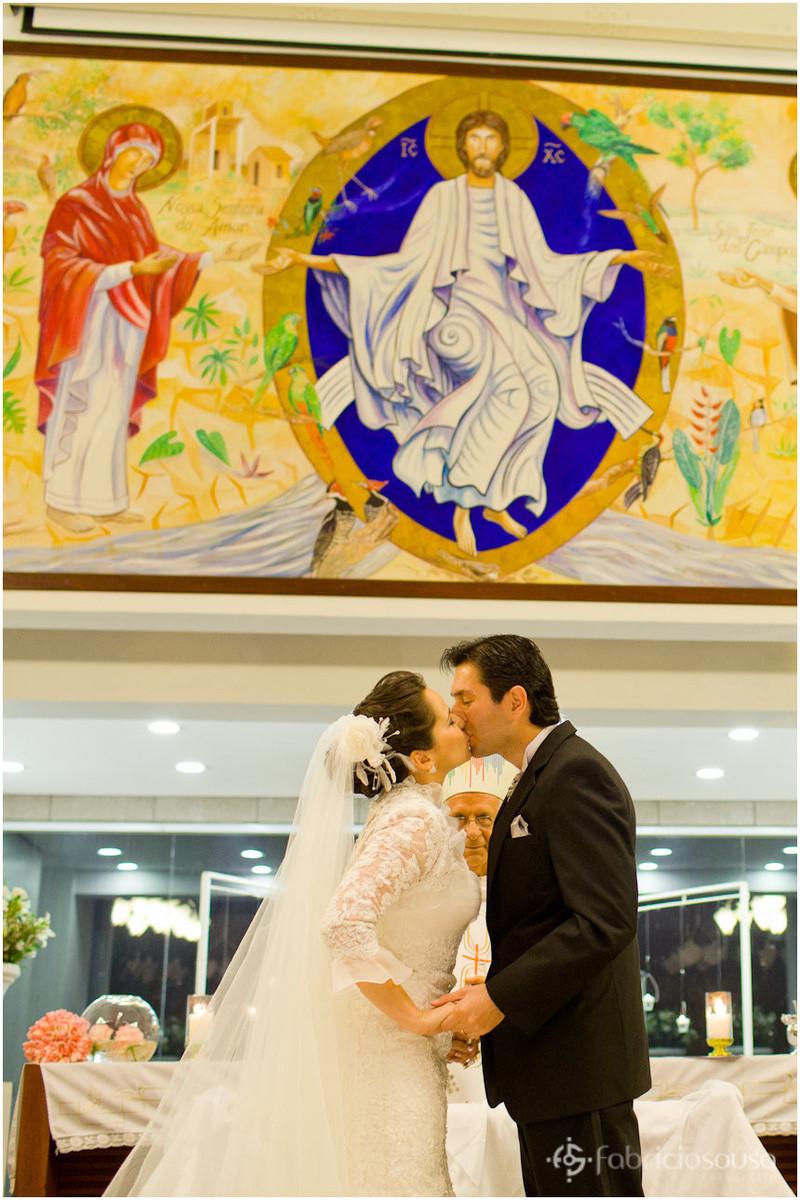 Beijo do casal no altar da igreja