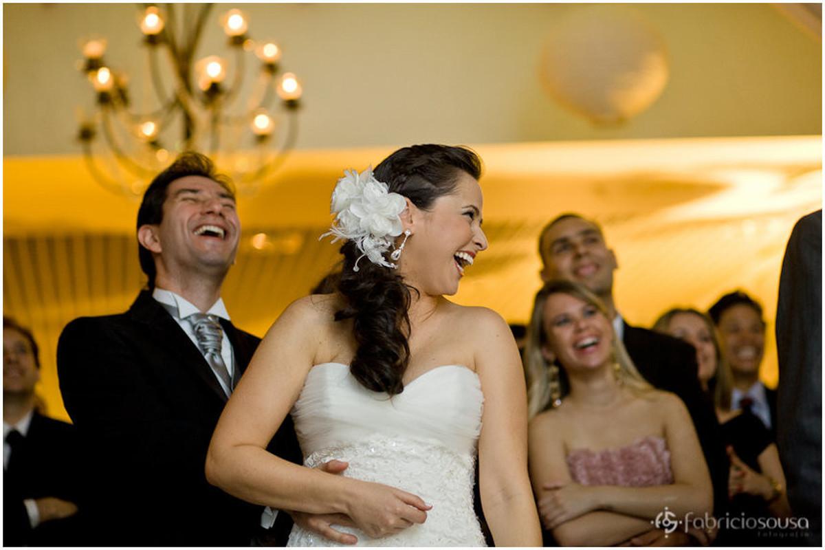 Casal se diverte com amigos na pista de dança