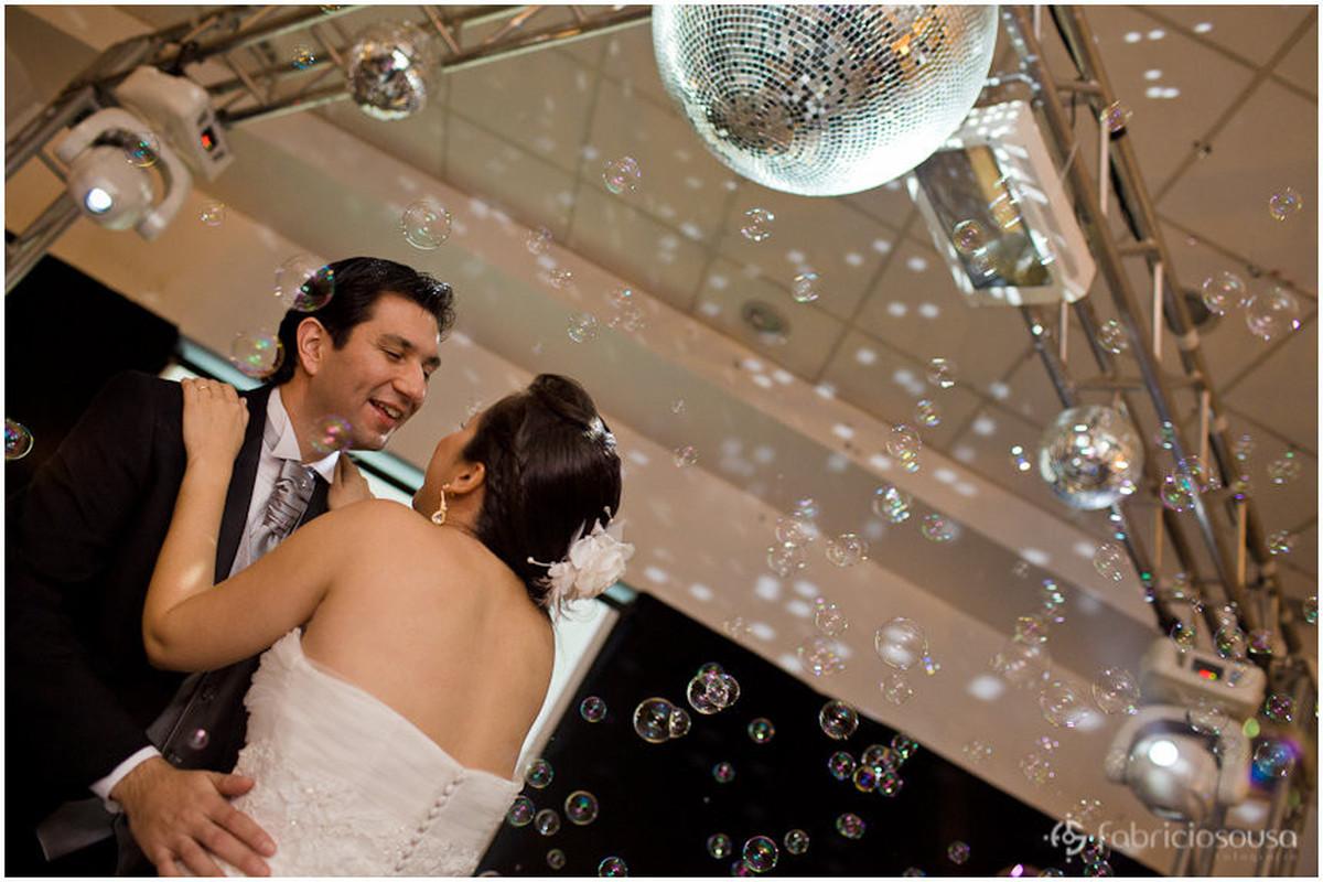 Casal de namorados abrem a pista de dança