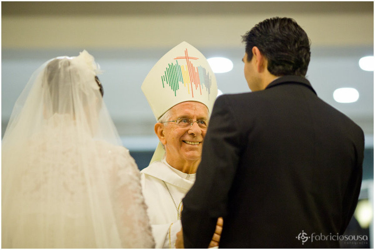 cardeal Dom Geraldo Majella Agnelo cumprimenta noivos
