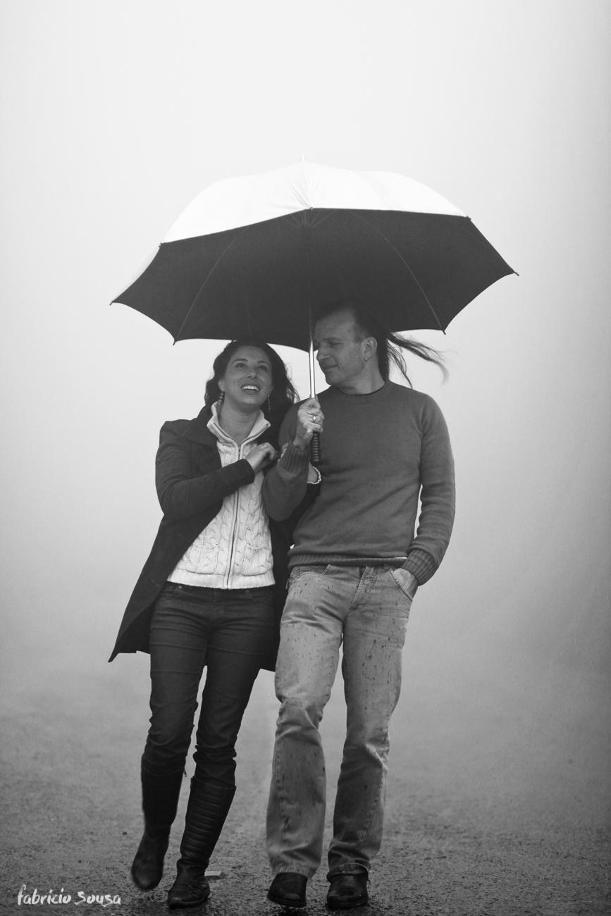 noivos na neblina da serra embaixo do guarda-chuvas