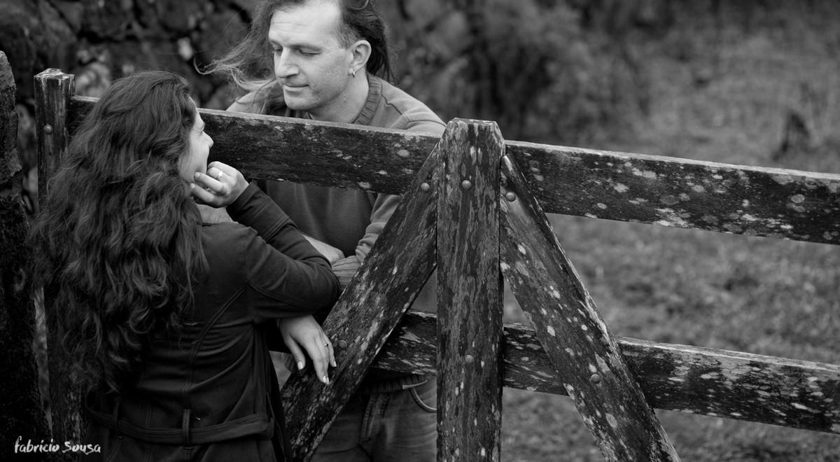 noivos encostados na cerca em ensaio pre-casamento