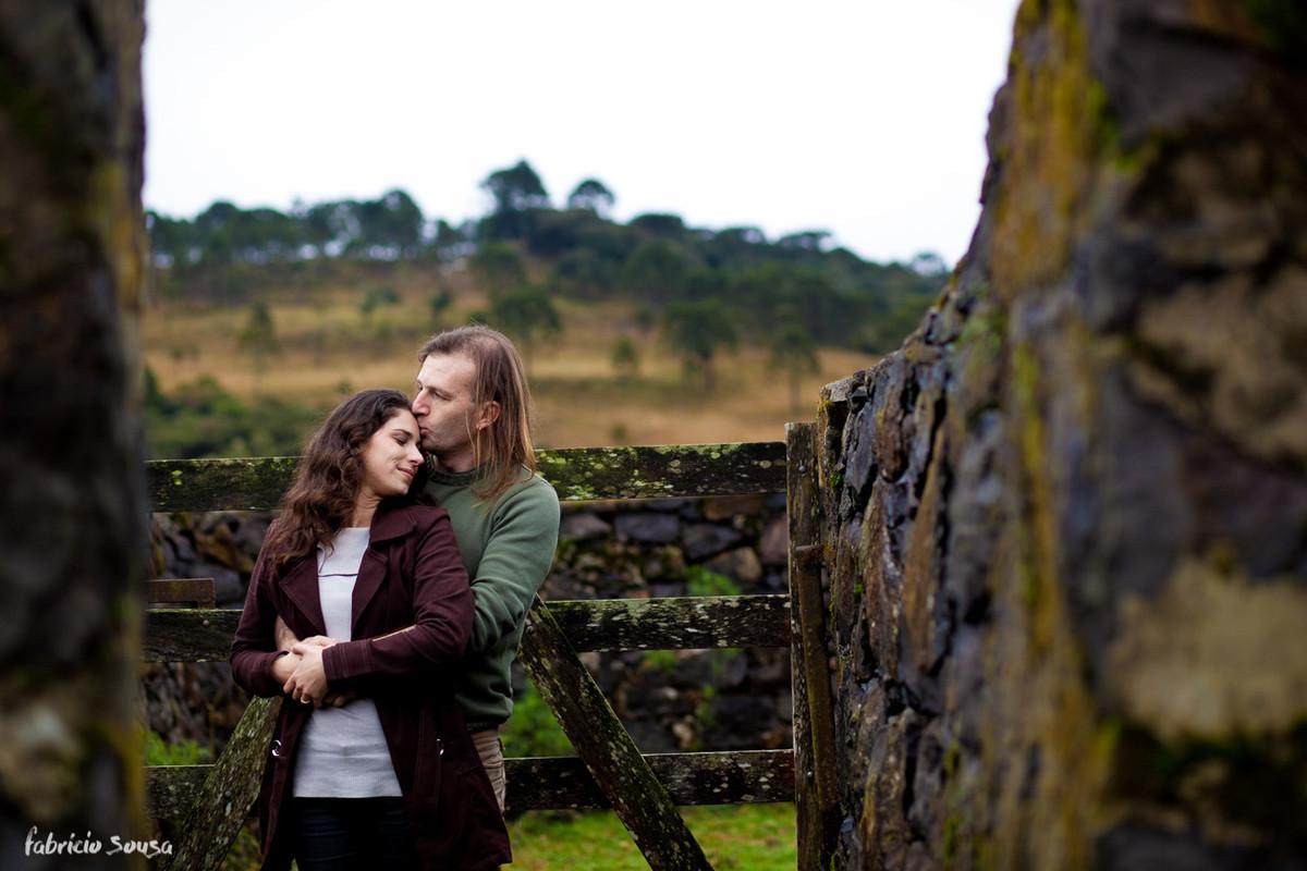 beijinho na testa da noiva na fazenda em ensaio rural
