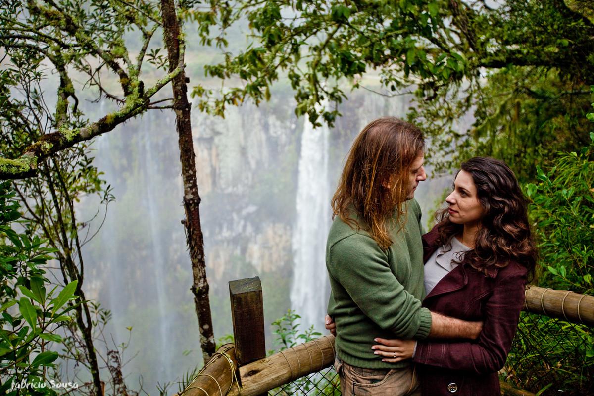casal de noivos namorando na cachoeira do avencal