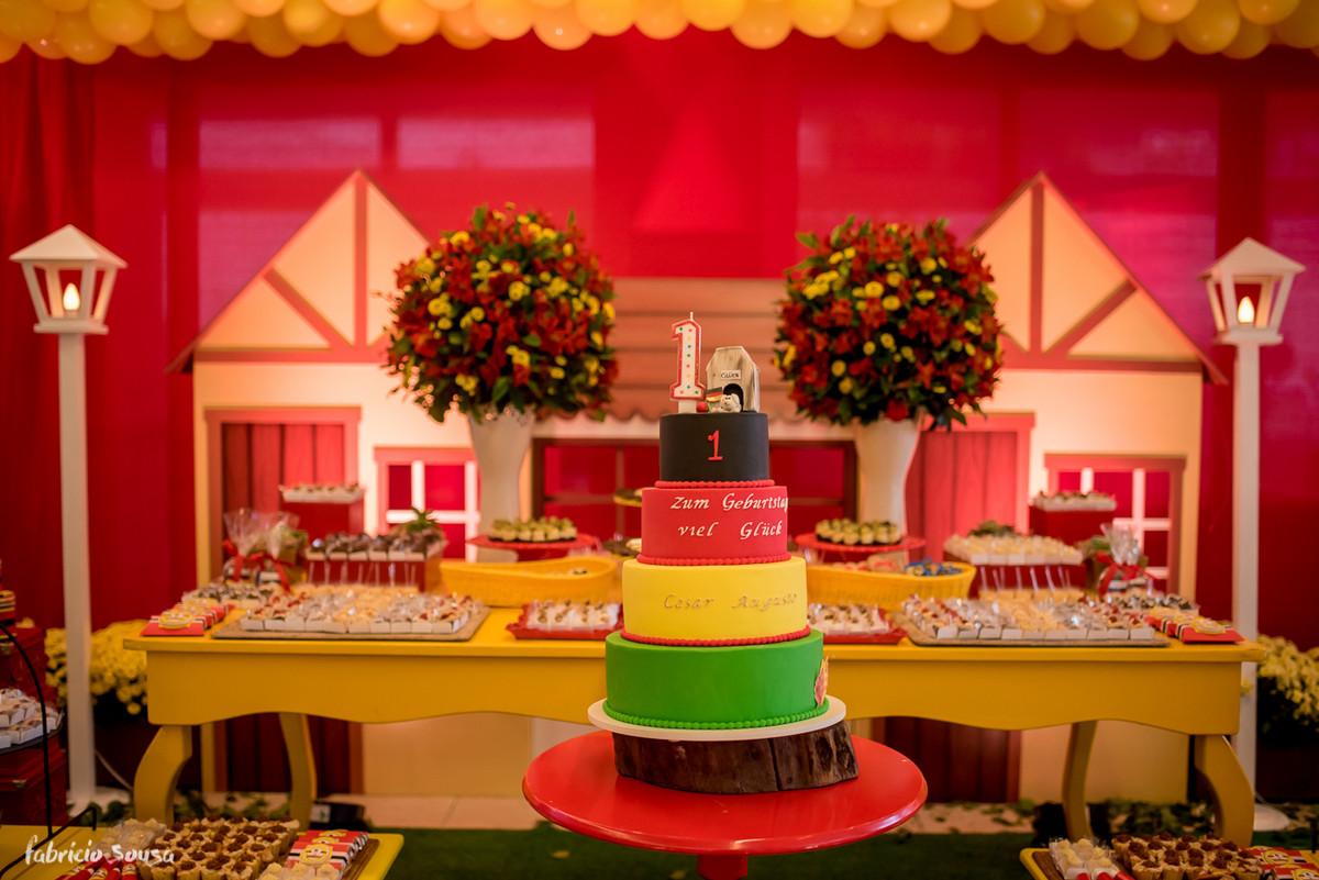 o belo bolo de Chris Vecchi na decoração da Roberta Almeida do Miss Festas