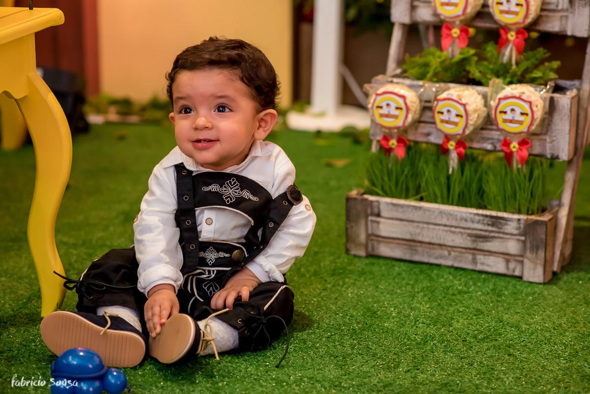 Cesar Augusto o aniversariante brincando no gramado da decoração