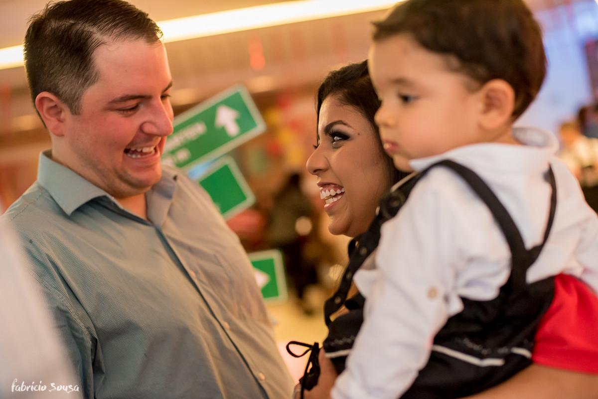 sorrisos e troca de olhares entre os pais do aniversariante