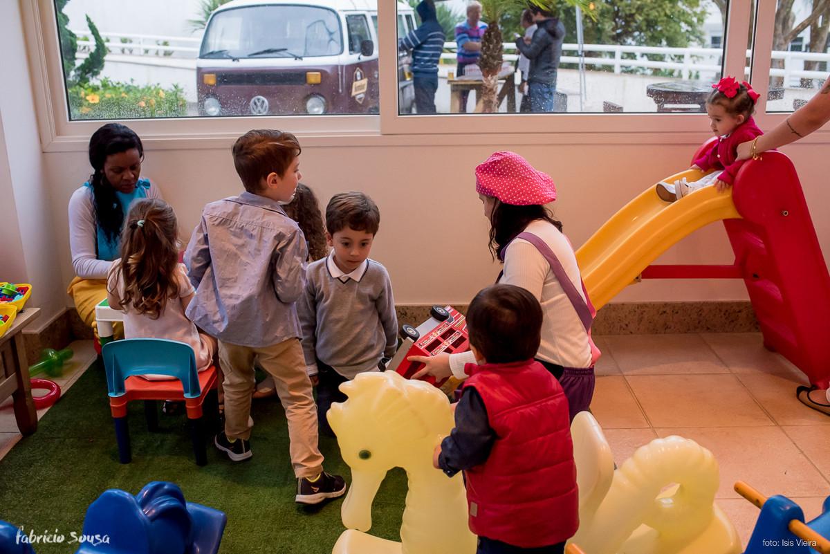 criançada brincando muito no playground