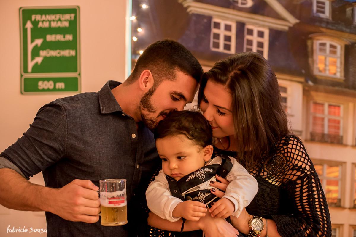 beijinho no aniversariante que tava de olho na cerveja