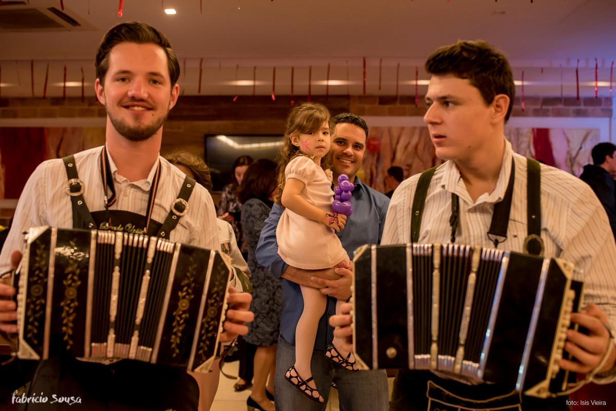 sanfoneiro tocando no meio dos convidados na festa típica alemã