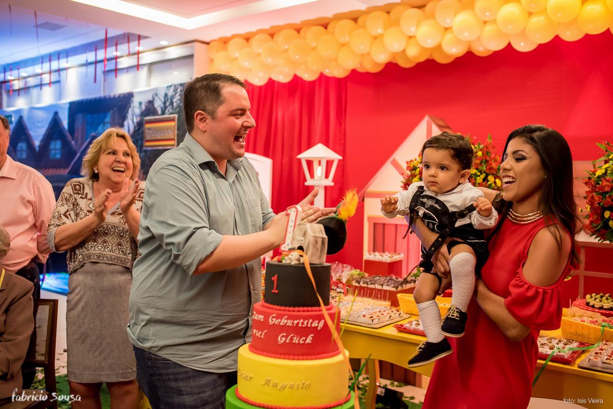 a hora dos parabéns no primeiro aniversário do Cesar Augusto