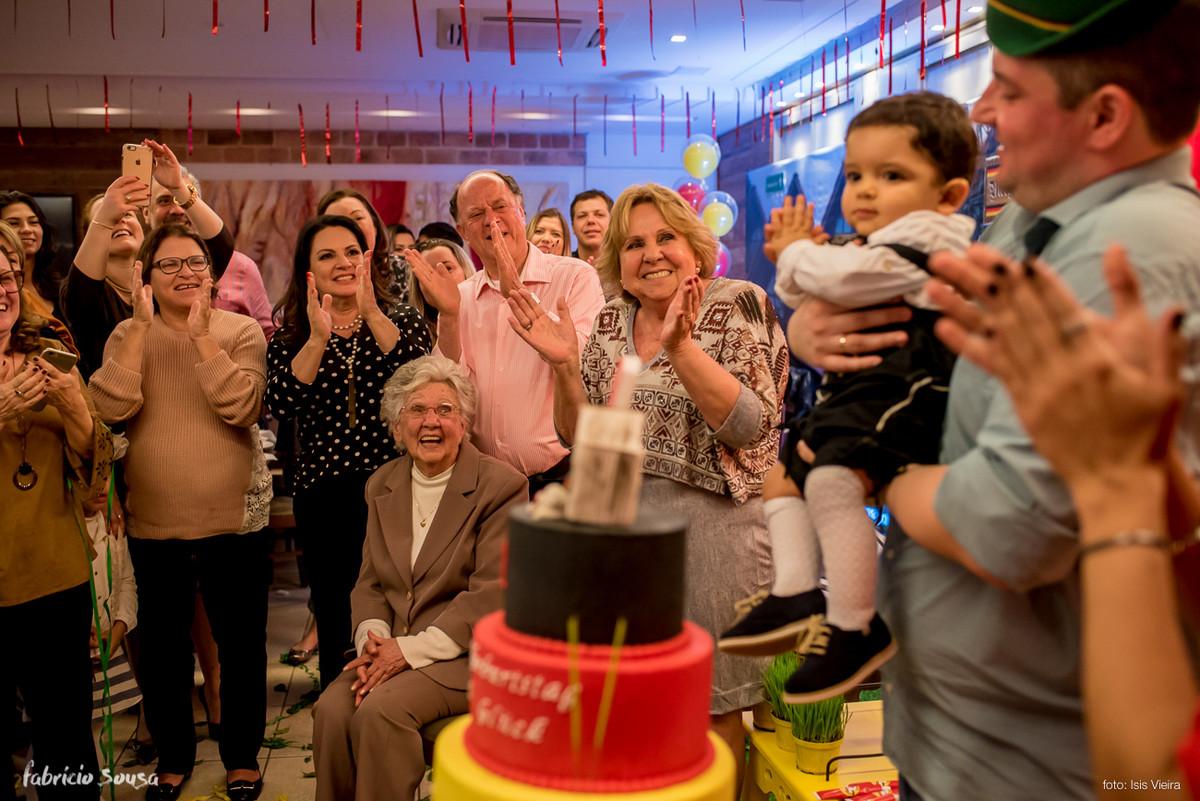 todos os convidados, inclusive os avós e a bisavó, cantando parabéns
