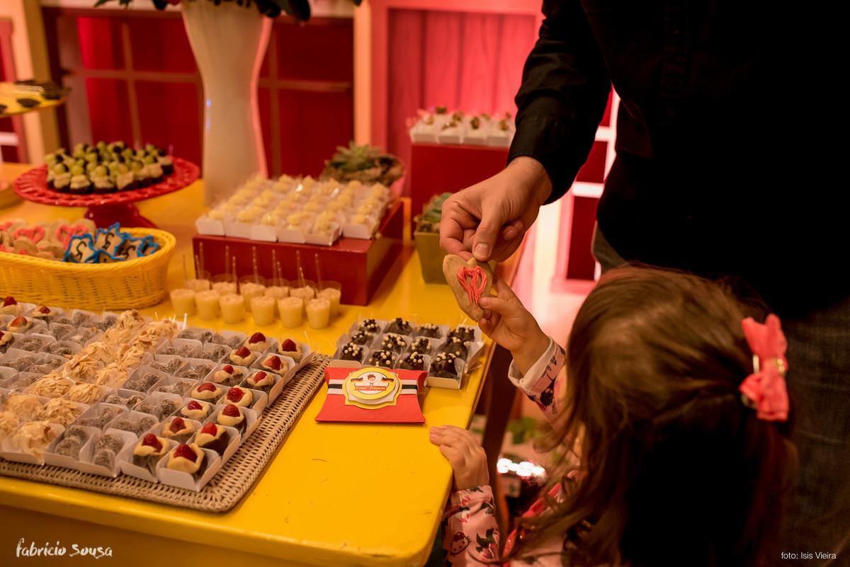 criançada pegando doces na mesa