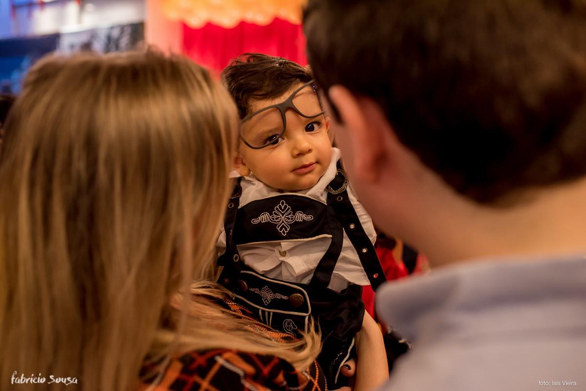 bebe aniversariante experimentando o óculos do titio