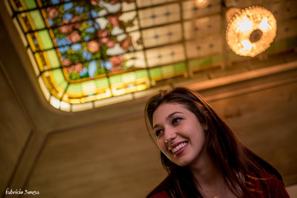 retrato da carol com vitral da alameda casarosa encantando