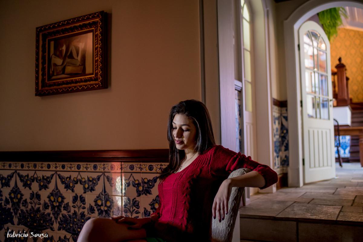 carol sentada no casario antigo a la Amelie Poulain