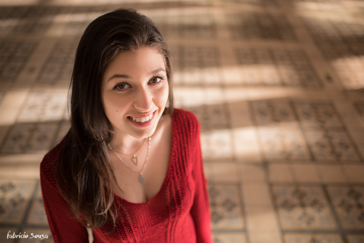 belo sorriso da modelo com blusa de crochê vermelha