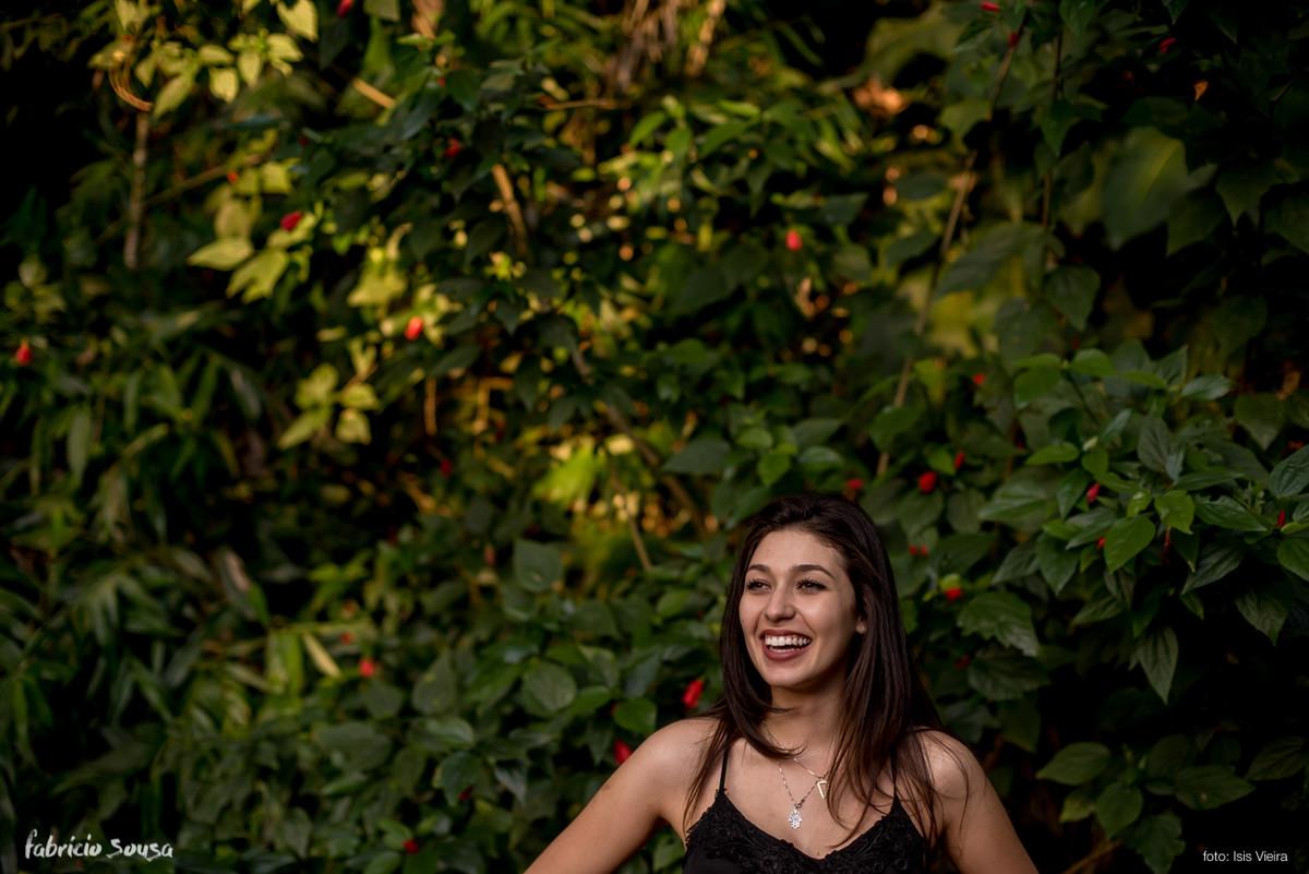 book fotográfico com modelo sorridente no jardim