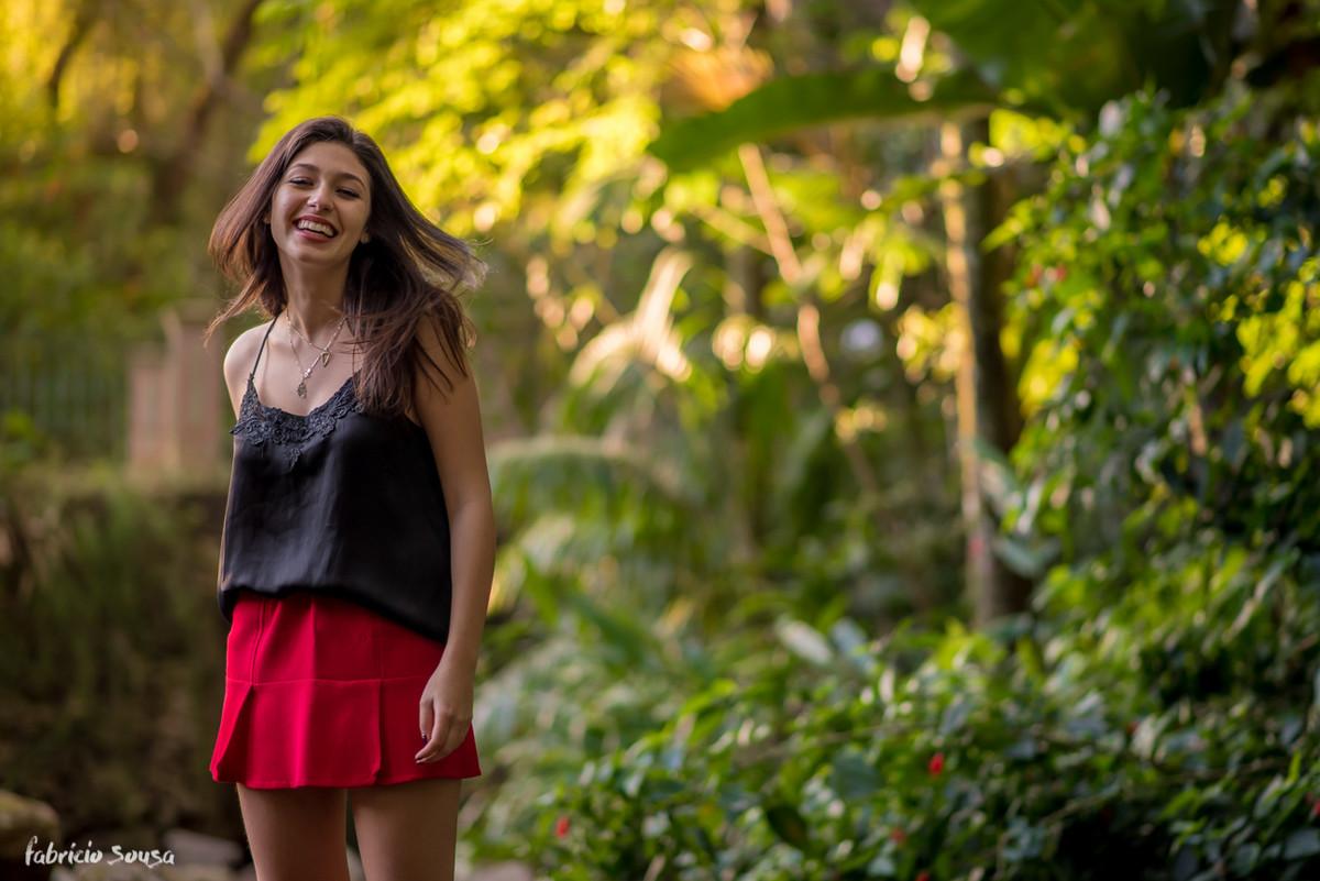 Carol super contente e sorridente no jardim da Alameda Casarosa em Floripa