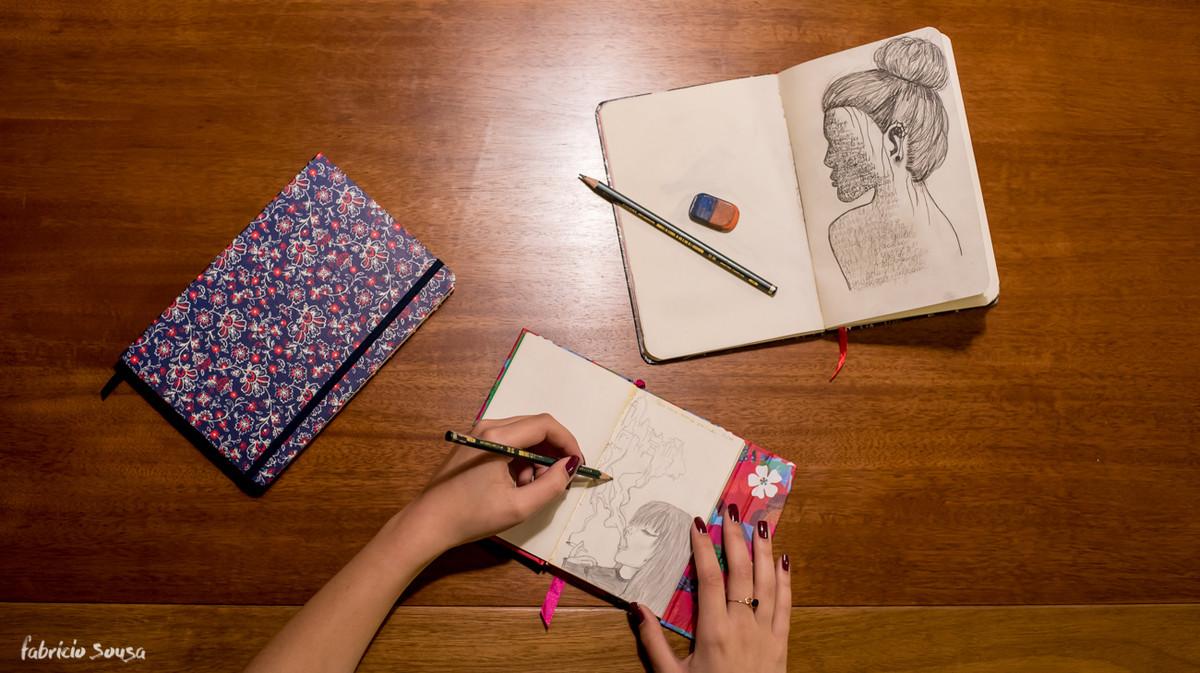 caderno de desenho com detalhe da arte de Carolina Peruzzo
