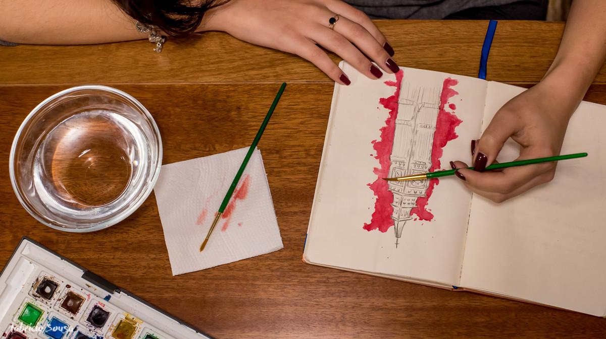 Carolina Peruzzo fazendo sua aquarela no caderno de desenho