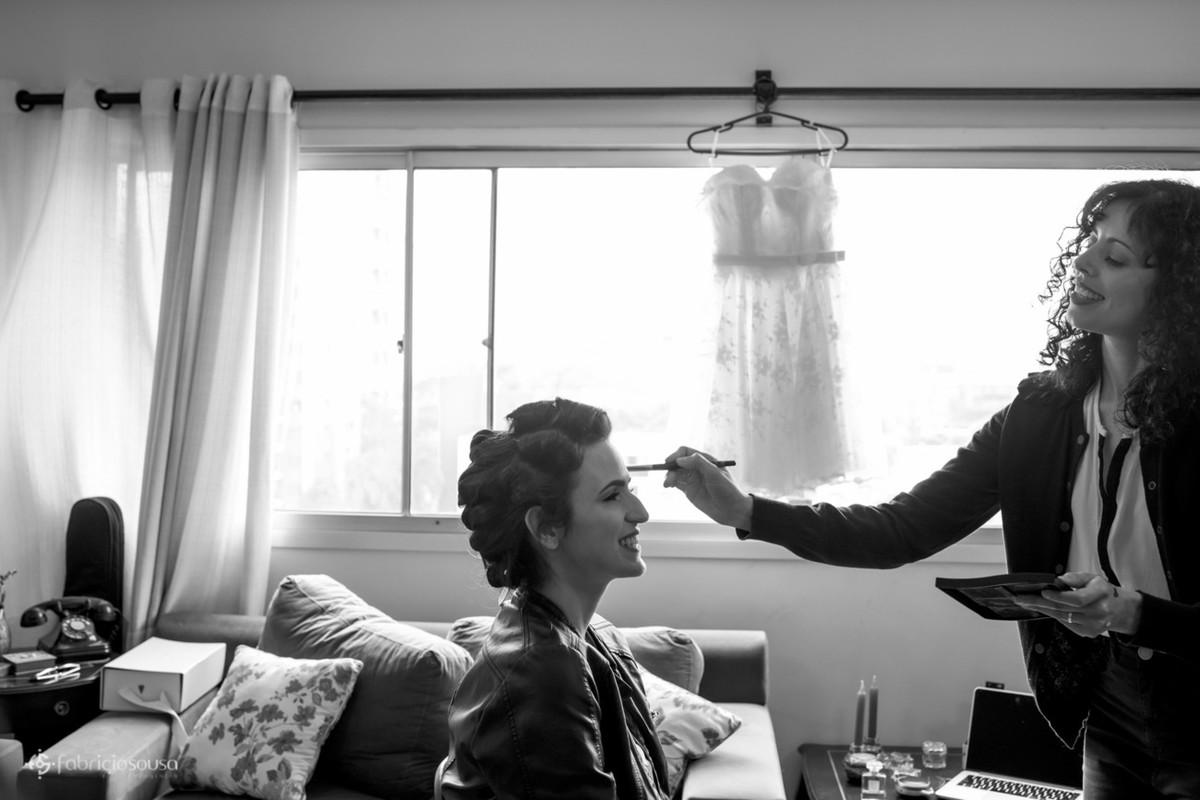 Deri Procópio maquiando a noiva Daniela no seu making of em casa