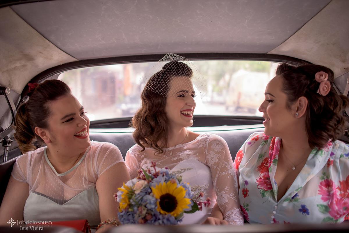 noiva com madrinhas no carro