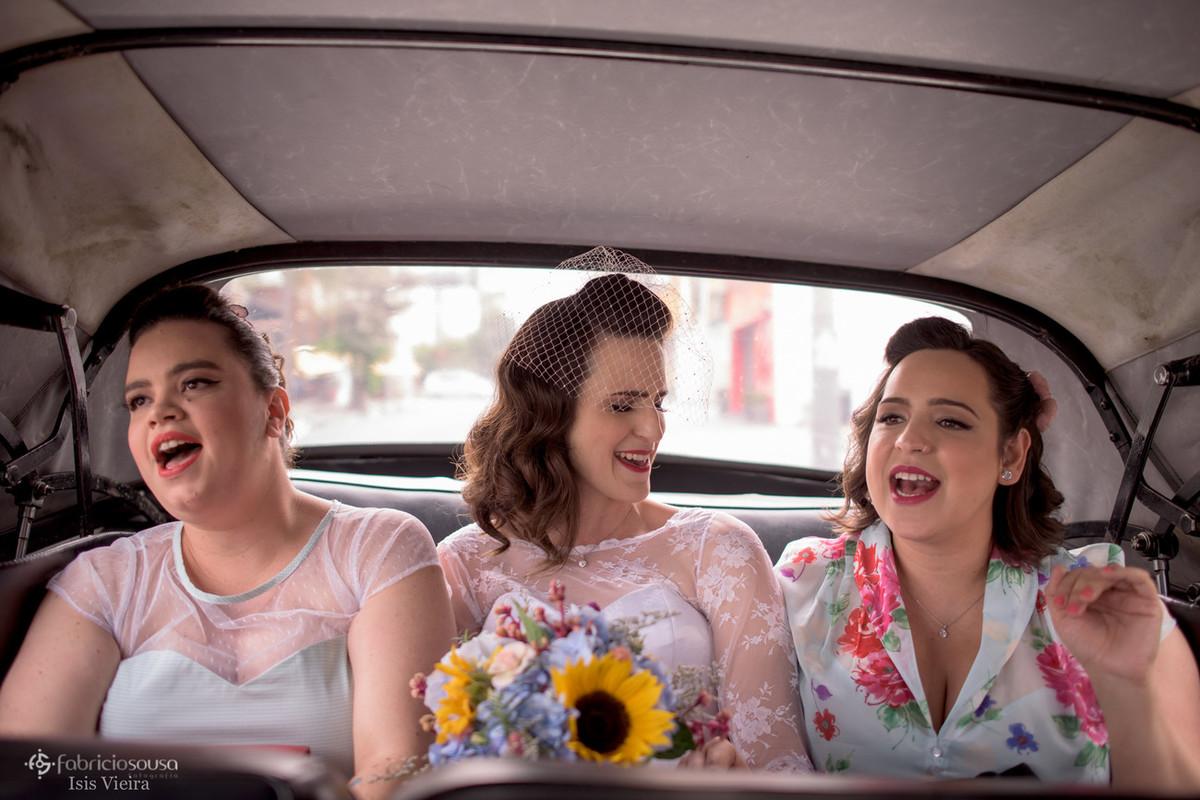 noiva canta com amigas no carro a caminho do seu casamento