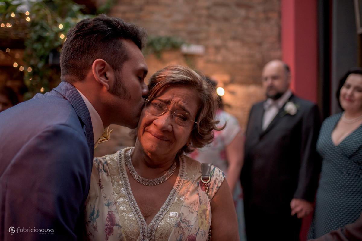 noivo beija sua mamãe que chora emocionada