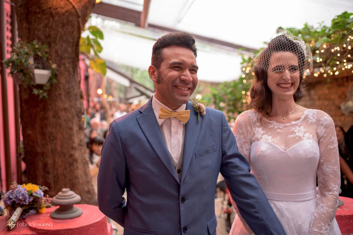noivos sorriem felizes na cerimonia que ocorreu no mesmo local no espaço Quintal