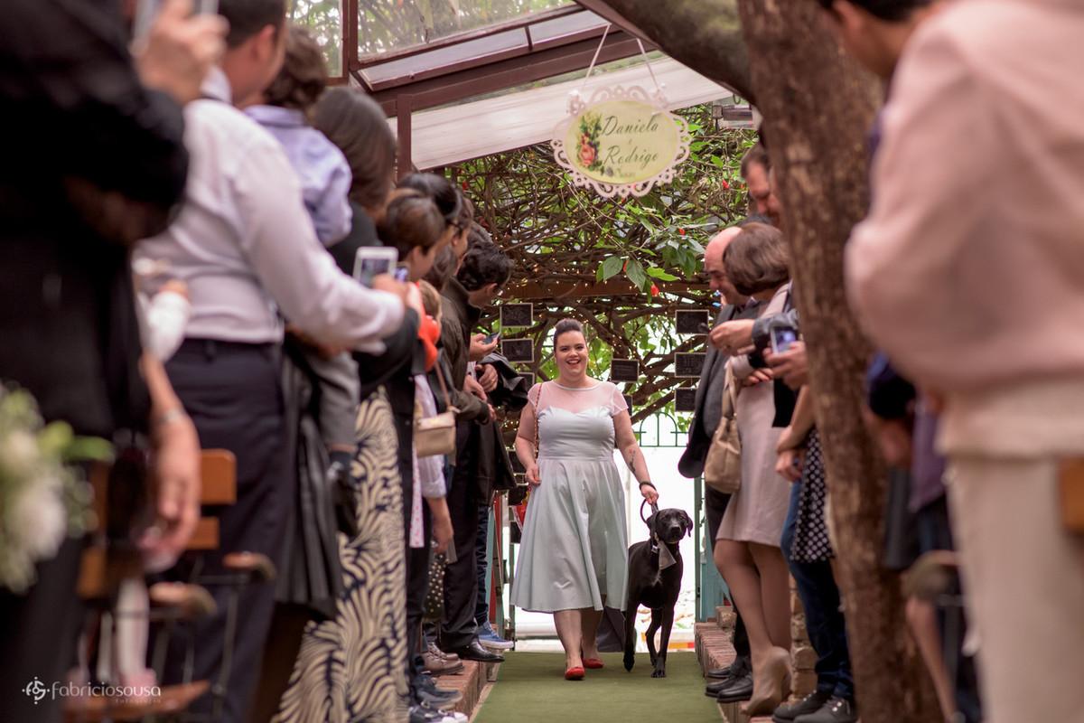 daminha e o cachorro Bruce entram para entregar as alianças