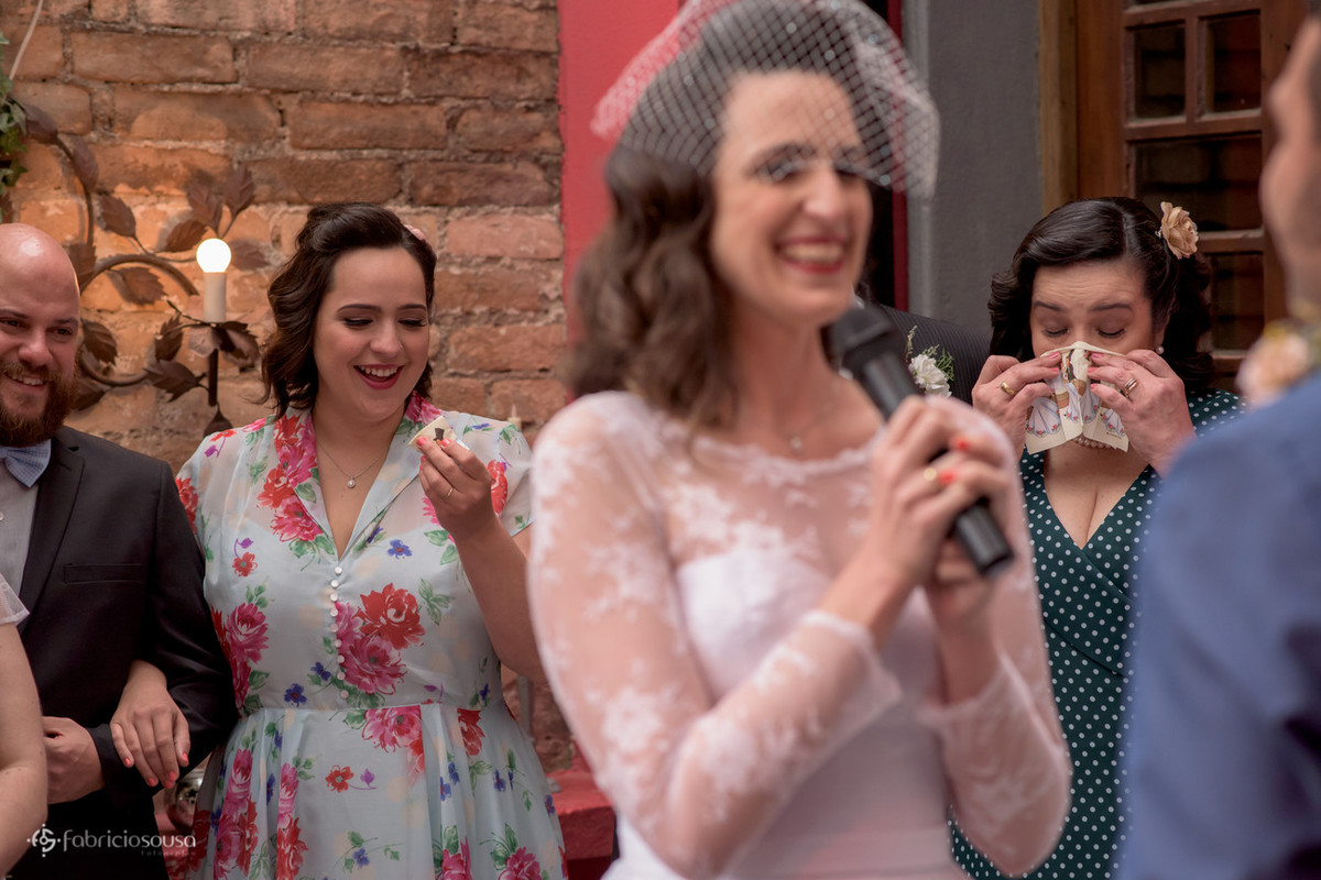 família da noiva emocionada durante os votos
