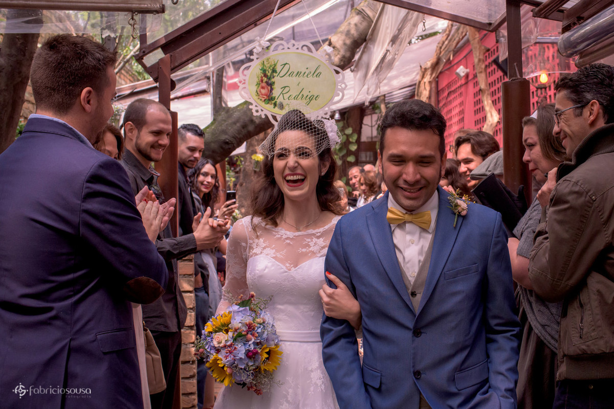 a saída emocionada da noiva