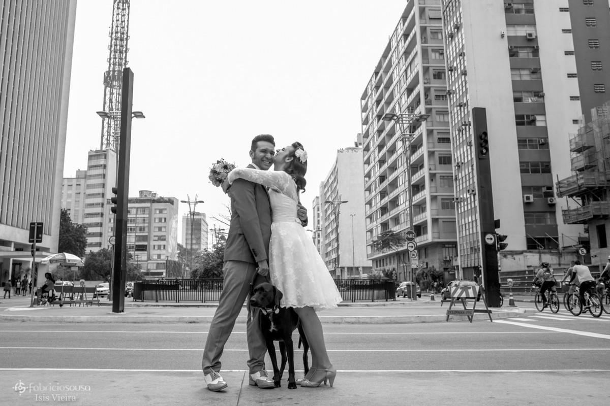 abraço gostoso no ensaio durante o casamento na avenida paulista - cachorro bruce no meio