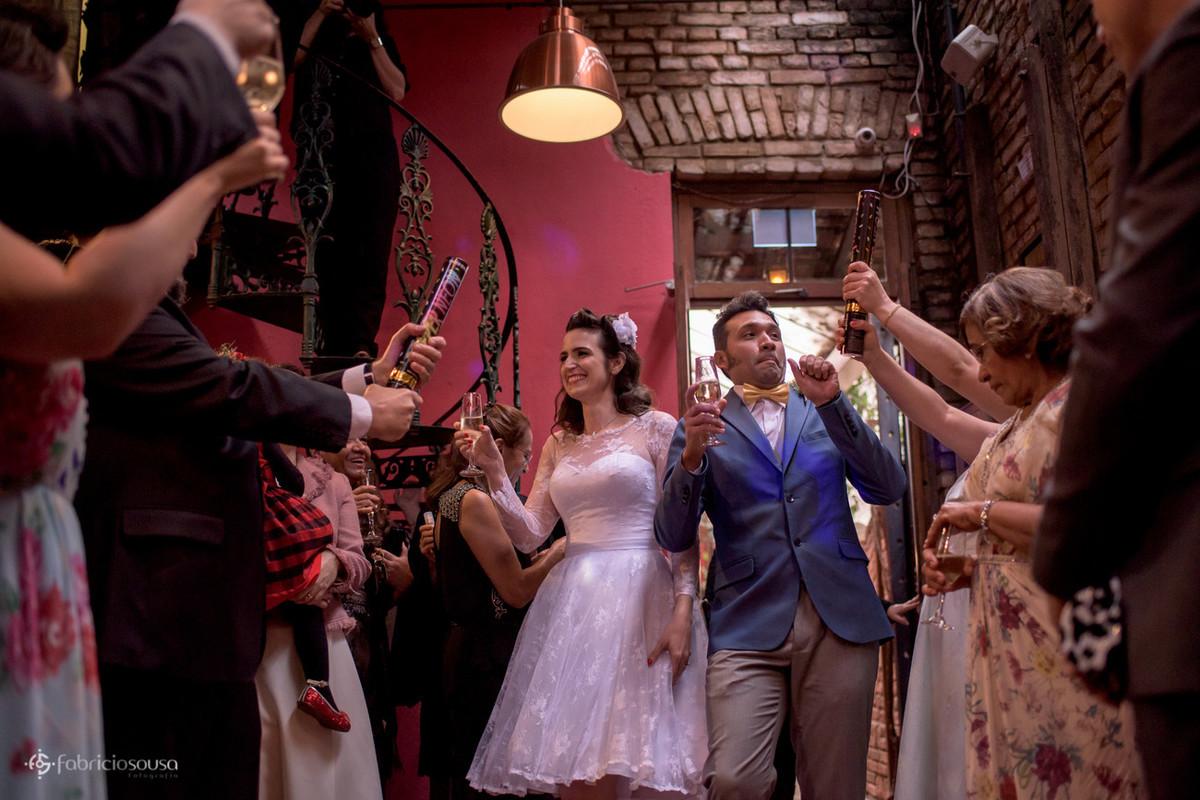 a entrada dos noivos na festa