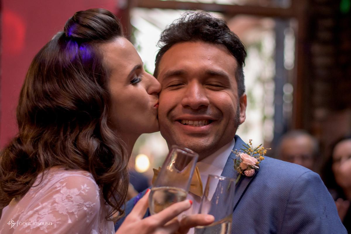 beijo gostoso da noiva durante o brinde