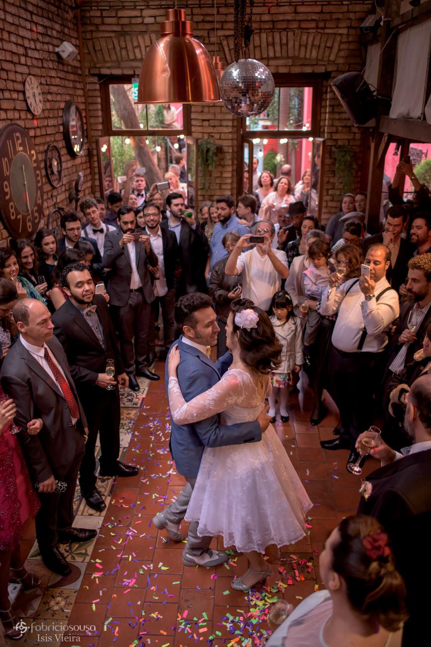 todos ao redor dos noivos durante a dança