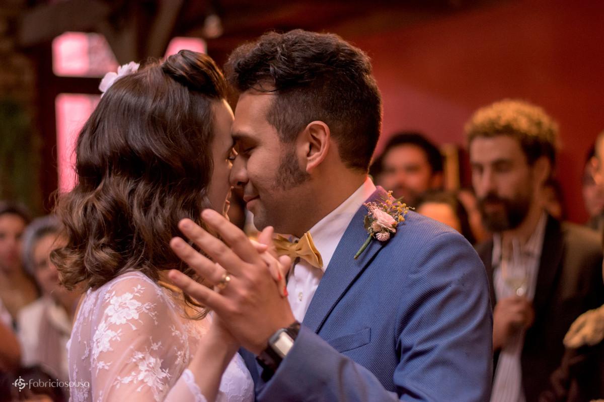 close do casal dançando