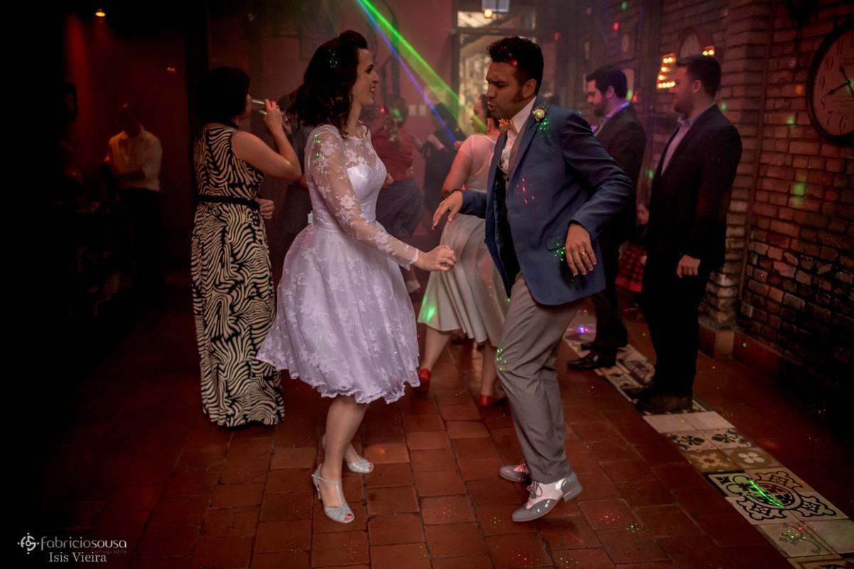 casal estilo vintage dançando rockabilly
