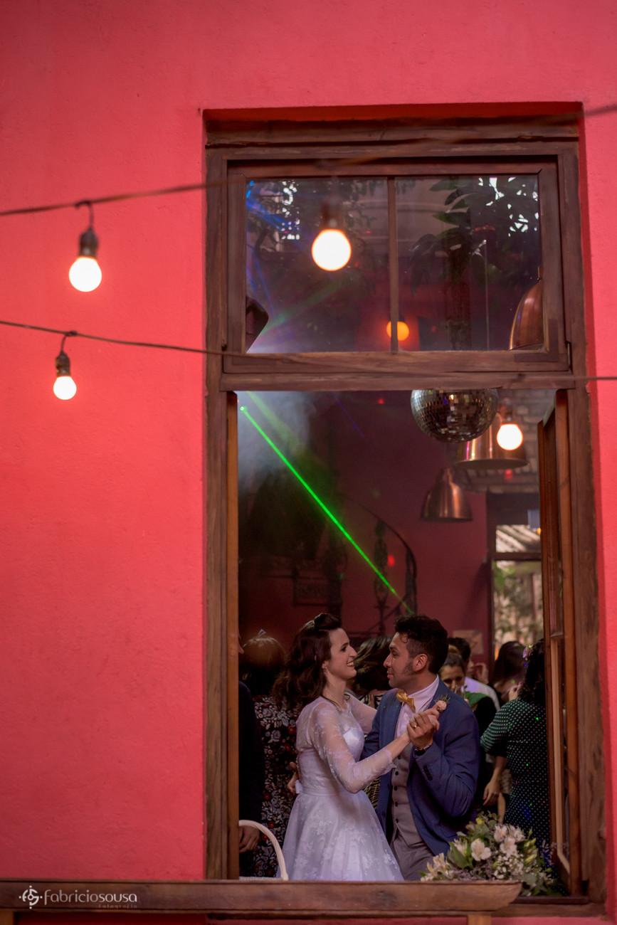 noivos dançando na pista emoldurados pela janela da casa tombada do espaço Quintal