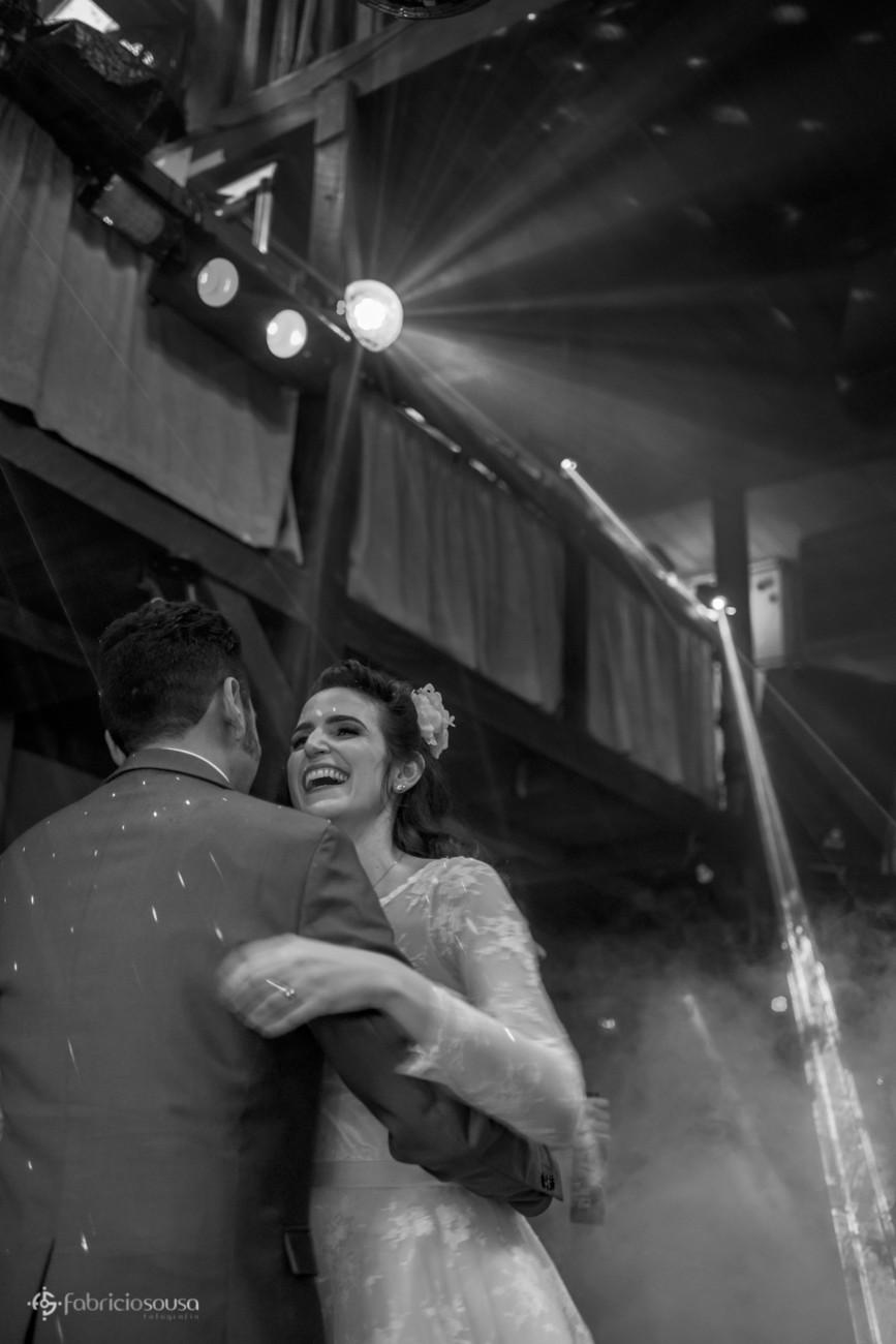 Noiva feliz dança com noivo p