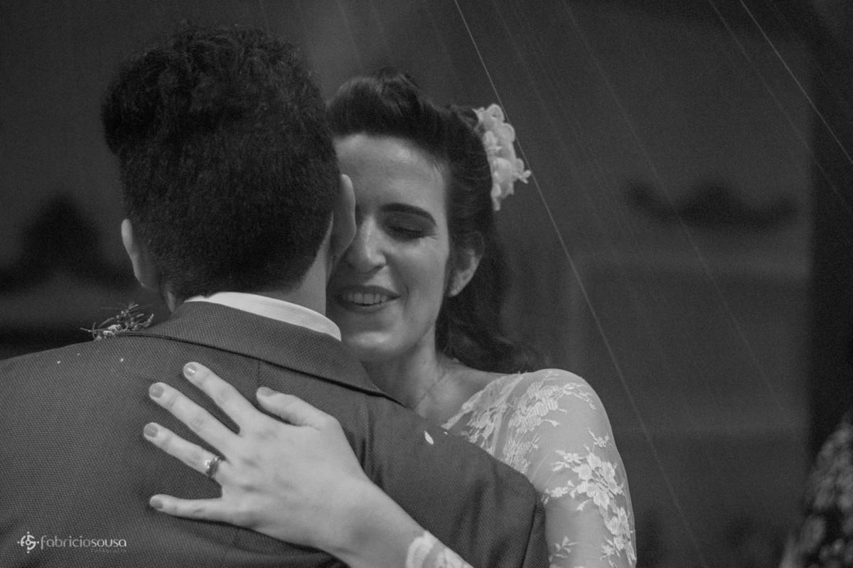 Noiva abraça o noivo carinhosamente black and white