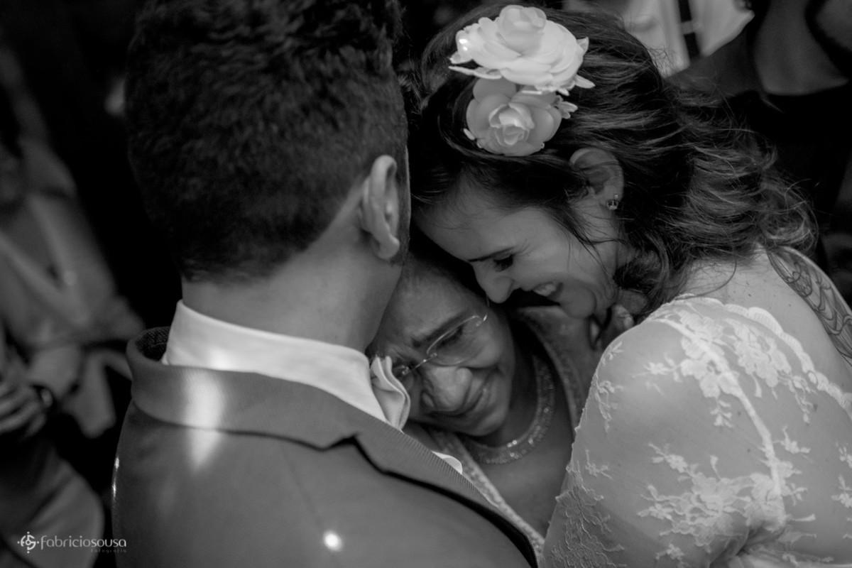 emoção toma conta e noivos abraçam a mãe do noivo