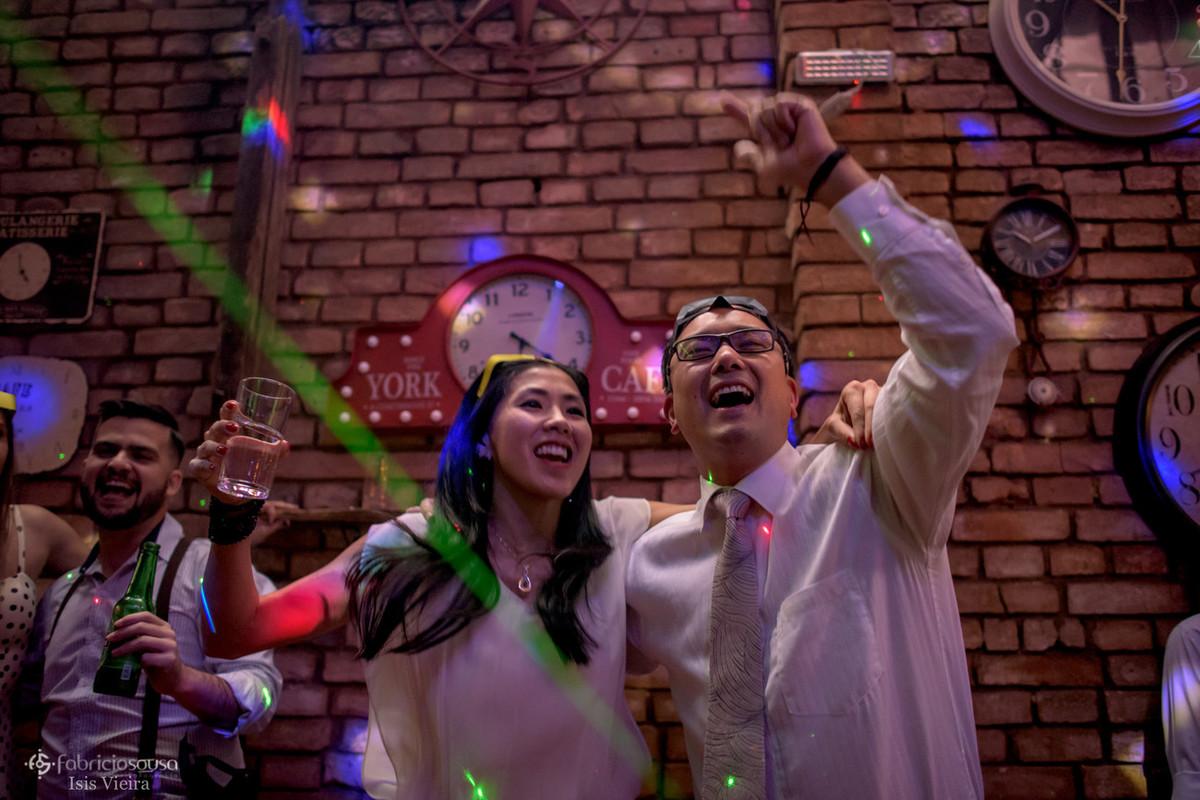 convidados curtindo muito na festa de casamento
