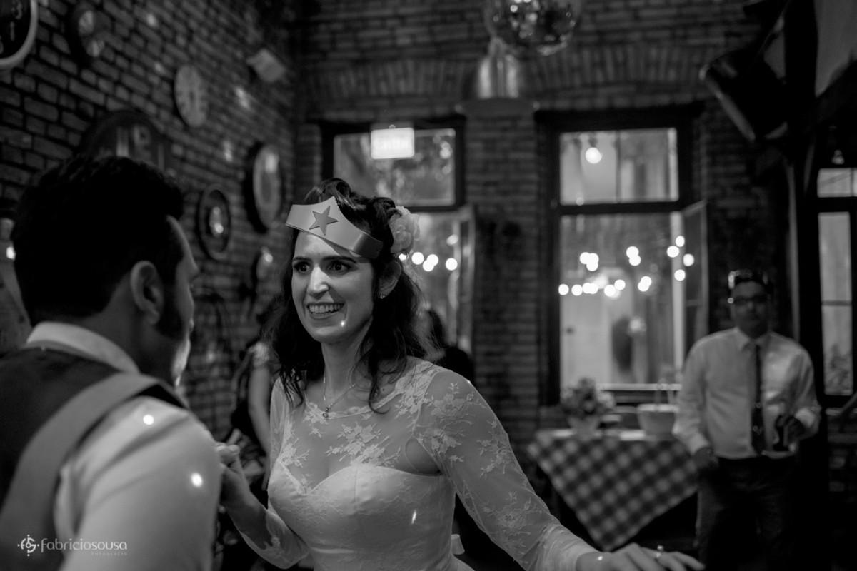 noiva com máscara da mulher maravilha na sua festa de casamento