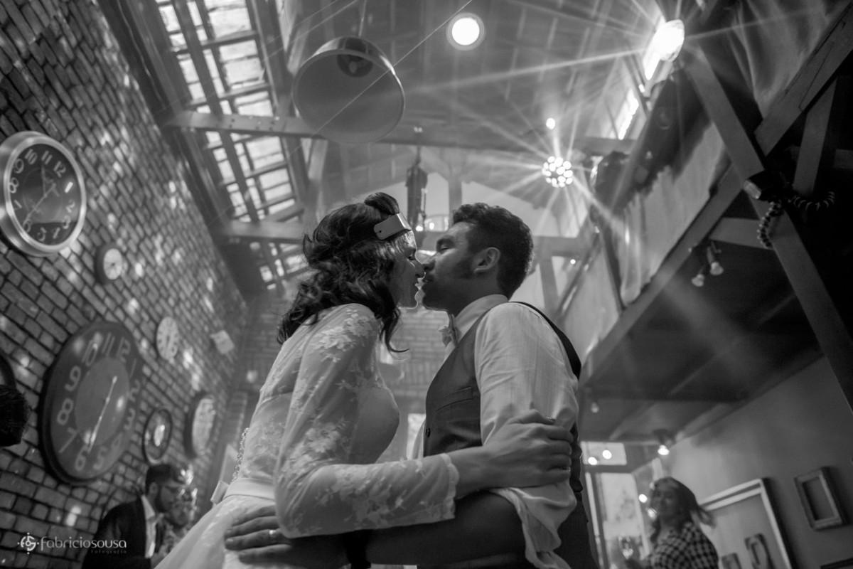 noivos quase se beijam na pista de dança do Espaço Quintal em São Paulo - muito som rockabilly