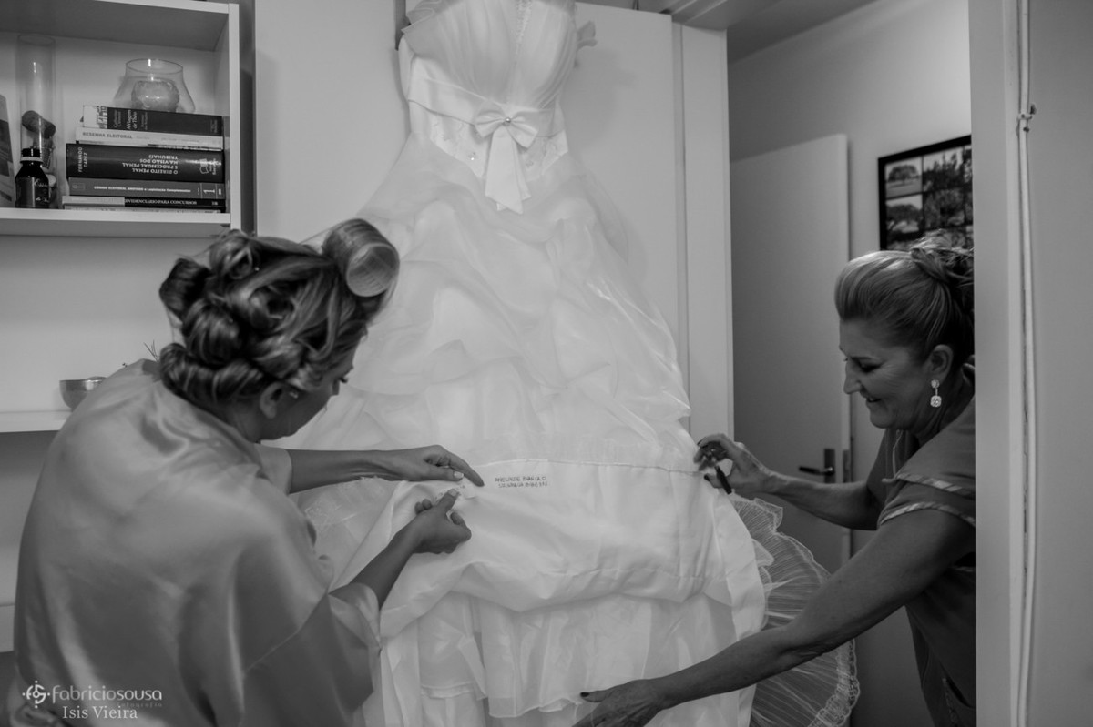 Noiva e mãe checam últimos detalhes do vestido p