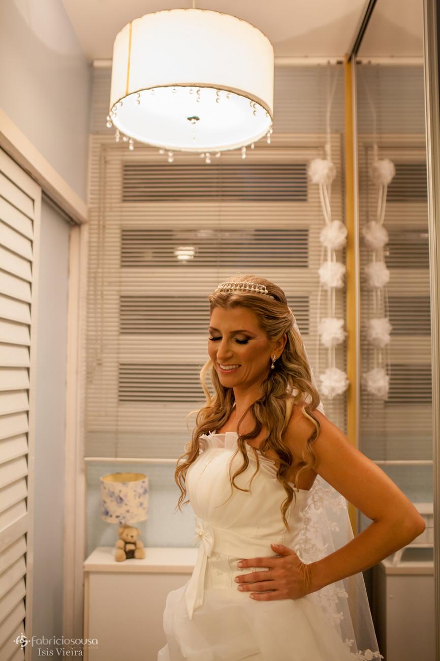 Noiva pronta para o casamento posa para foto