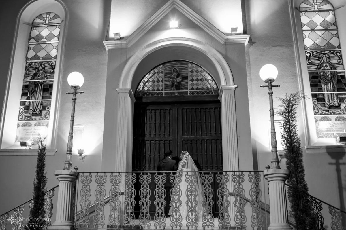 Pai e noiva na entrada da igreja